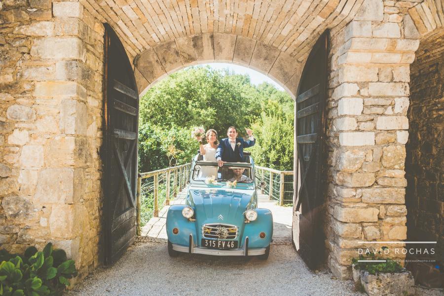 Arrivée couple en 2CV - mariage organisatrice La Dolce Vità, Château de Rousillon, mariage Lot