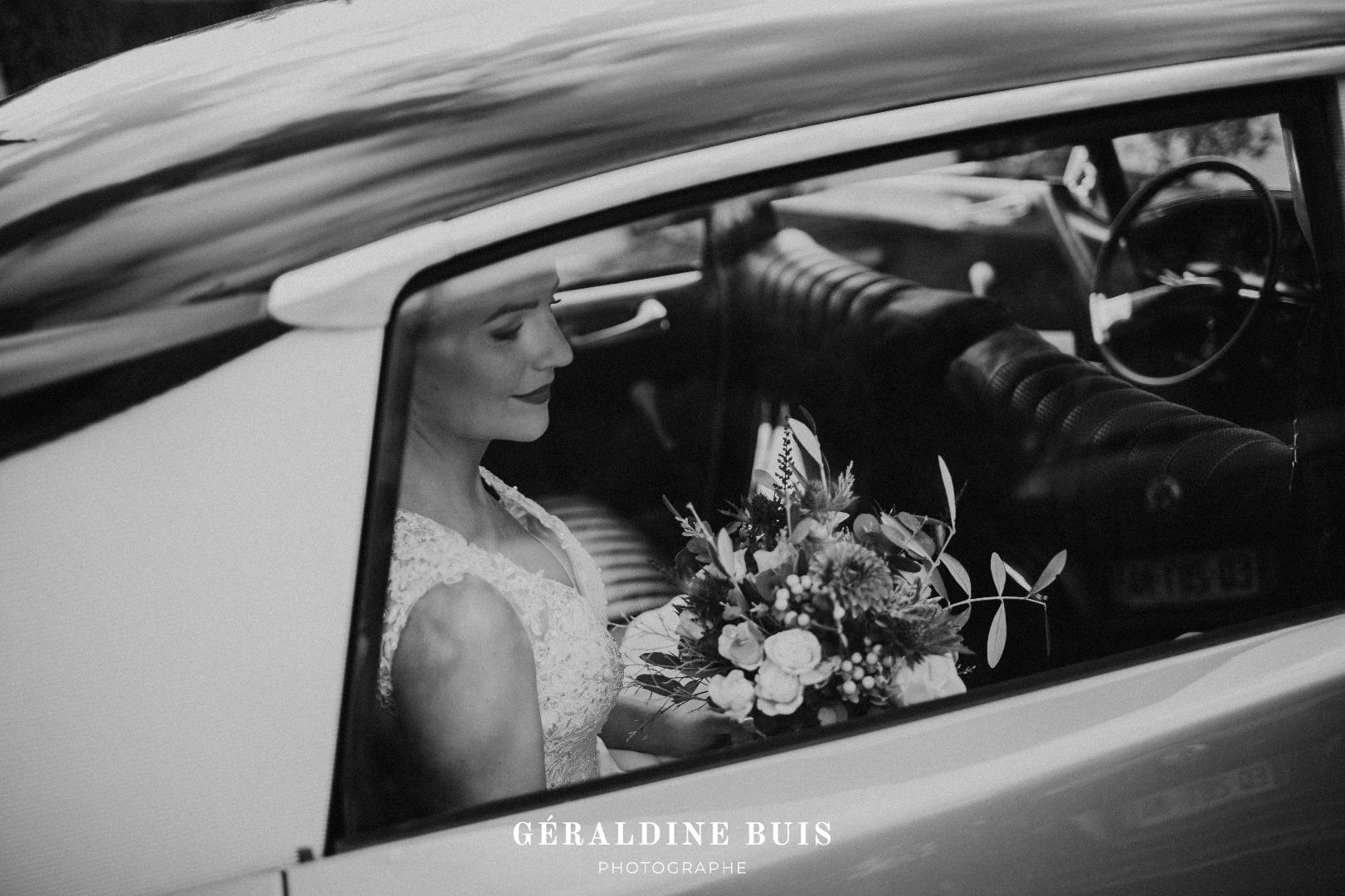 Arrivée mariée en voiture ancienne
