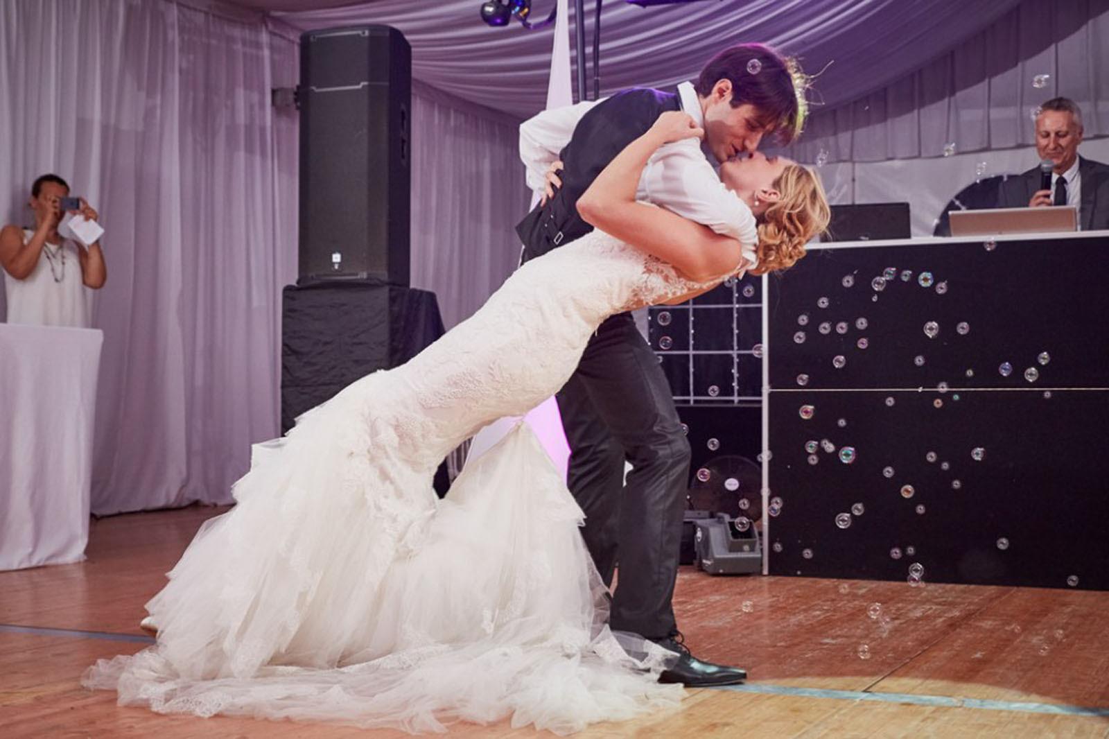 Baiser des mariés pour l'ouverture de bal La Dolce Vita Organisation de Mariages Toulouse.jpg