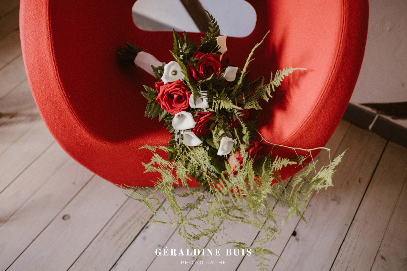 Bouquet sauvage rouge blanc La Dolce Vita Organisation Mariage Toulouse.jpg