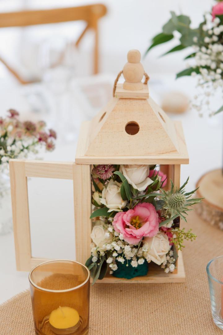Centre de table lanterne blanche et fleurs organisation mariage La Dolce Vita.jpg