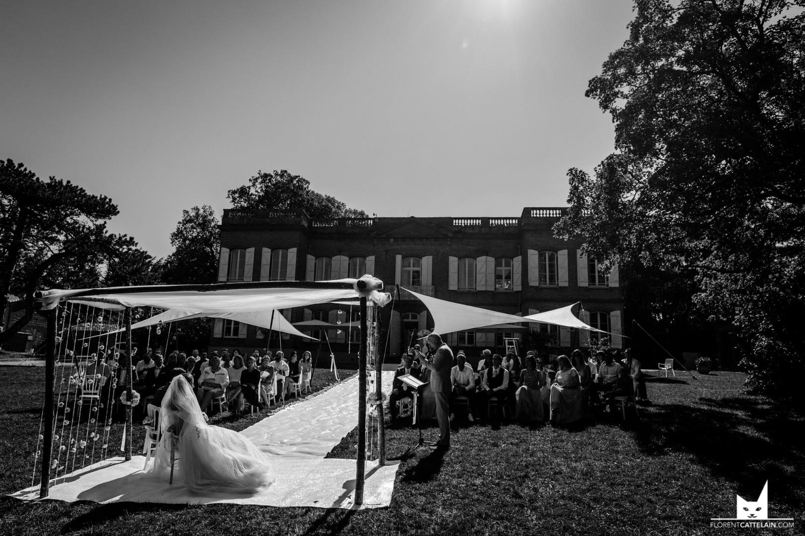 cérémonie laïque mariés face aux invités - mariage domaine Montjoie toulouse - wedding planner toulouse la dolce vita