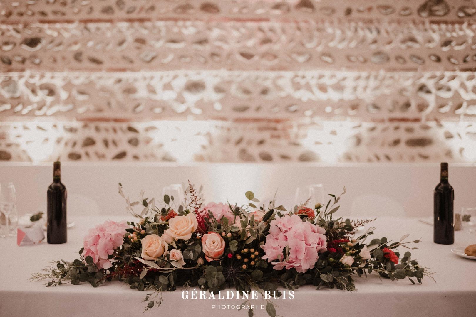 Chemin de table fleuri La Dolce Vita Organisation Mariage Toulouse.jpg