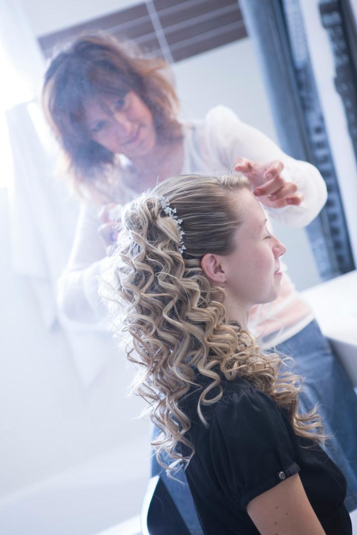 Coiffure cheveux bouclés attachés La Dolce Vita Organisation Mariages Toulouse.jpg