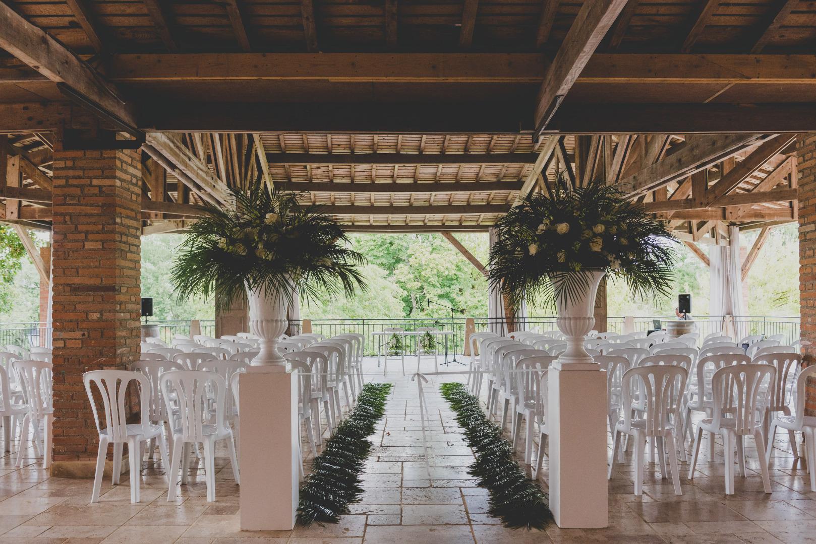 Déco cérémonie en extérieur vase médicis - Wedding planner La Dolce Vità, Château de Loubejac à Montauban.jpg
