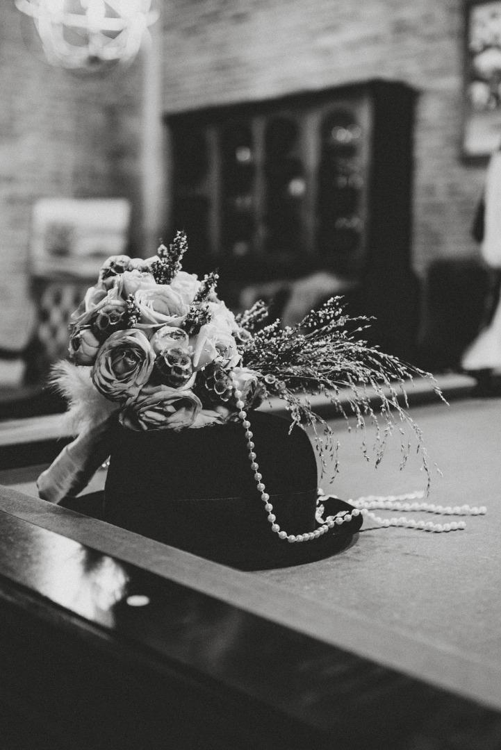 Déco rétro chapeau perles et plumes La Dolce Vita organisation mariage Toulouse.jpg