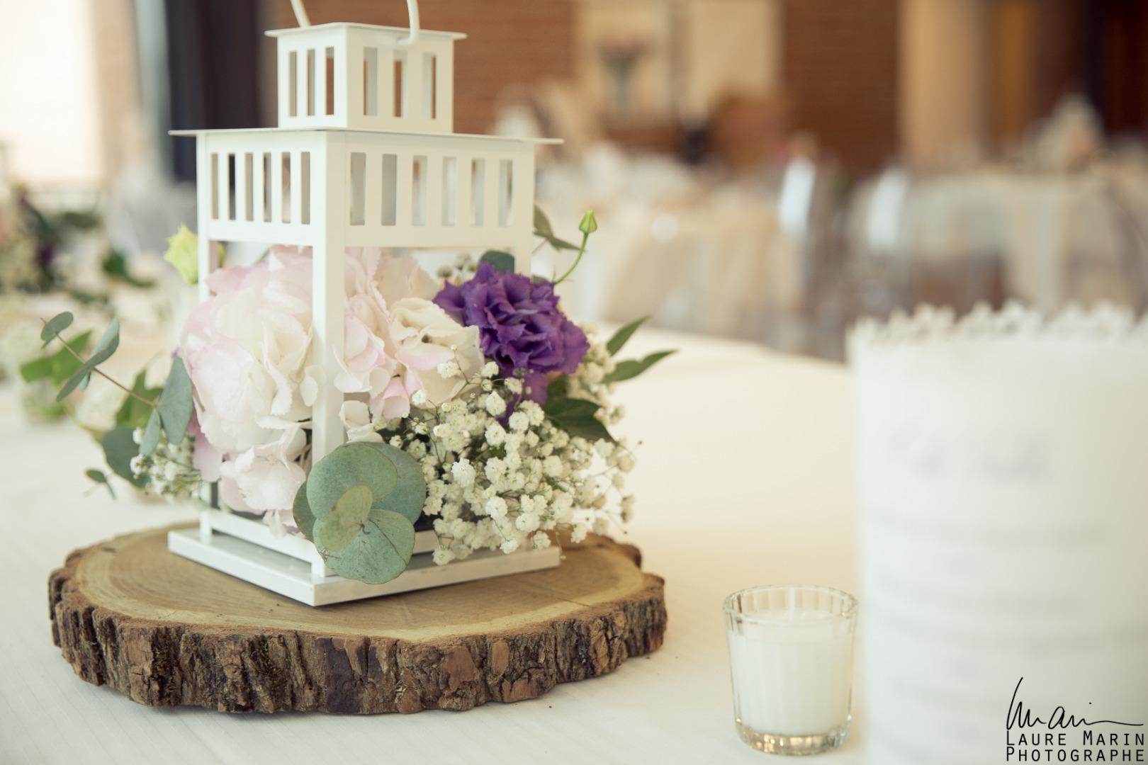 Décoraction de table lanterne fleurie violet et blan Occitanie La Dolce Vita mariages.jpg