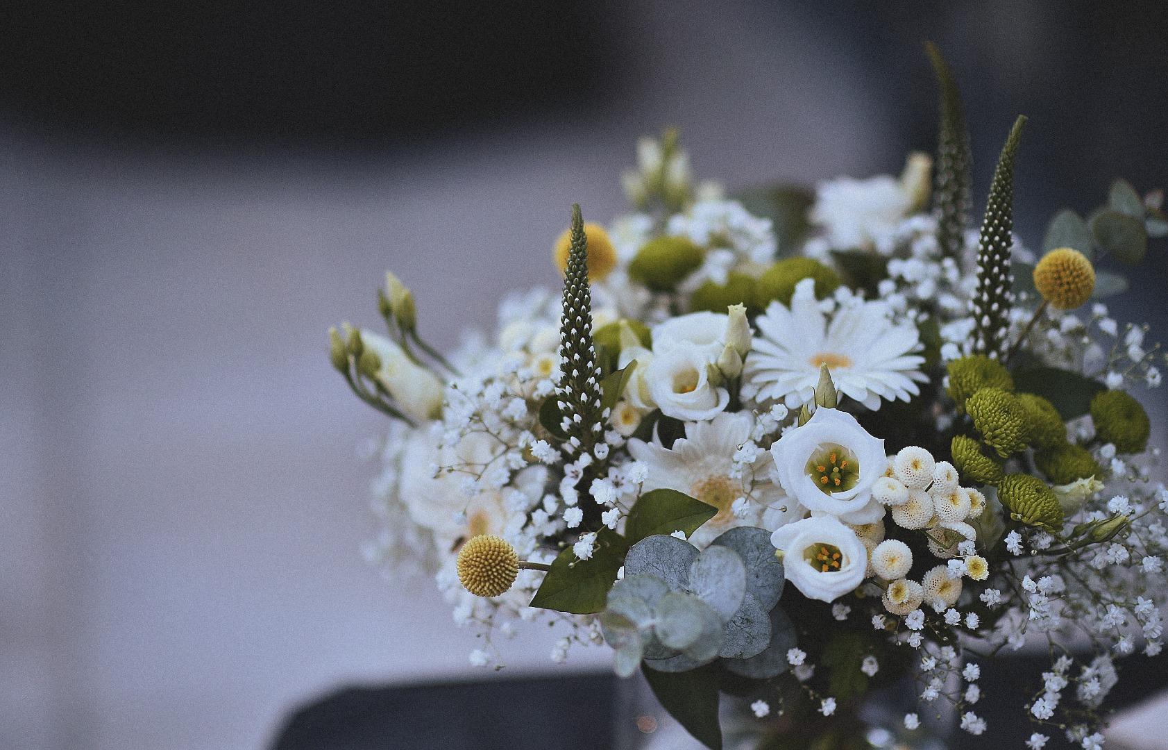 Détail bouquet naturel jaune blanc La Dolce Vita Organisation Mariage Toulouse.jpg