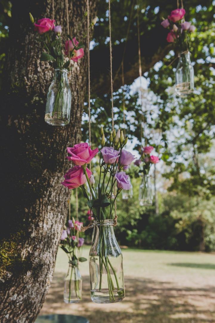 Détail décoration arbre port de fleurs suspendus La Dolce Vita Organisatrice de mariage.jpg