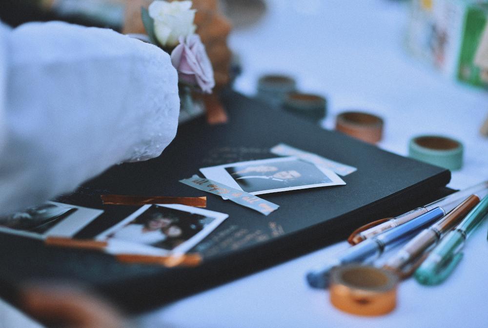 Livre d'or polaroid et masking tape La Dolce Vita Organisation de Mariages Toulouse.jpg