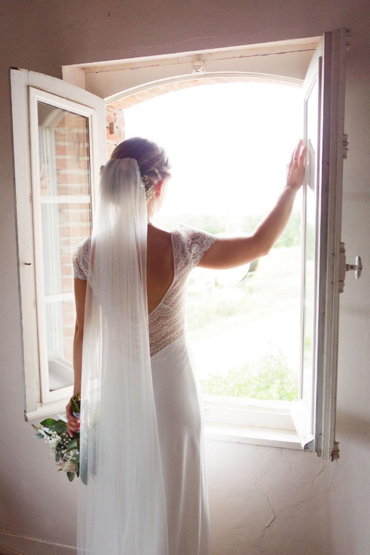 Mariée à la fenetre robe La Dolce Vita Organisation mariage Toulouse.jpg