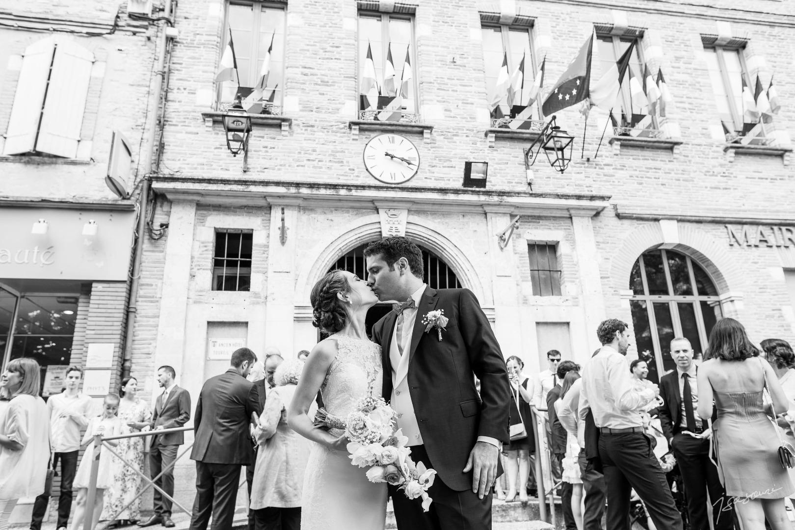 Mariés sur la place de la mairie - mariage Château de Nolet - La Dolce Vità