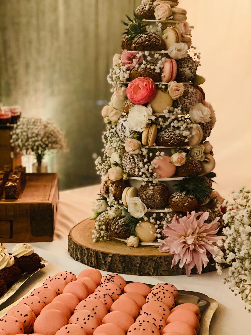 Pièce montée choux macaron et fleurs pâtissière toulouse