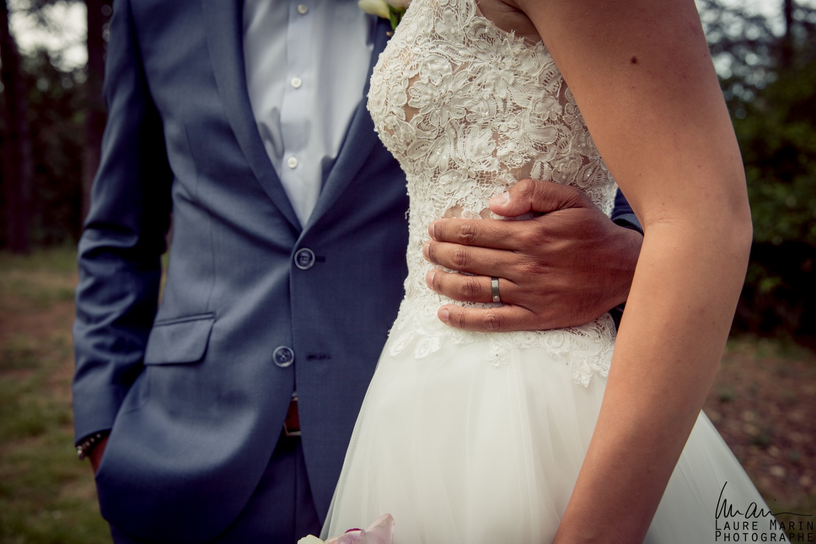 Tenue des mariés enlacés La Dolce Vita Organisation mariage Toulouse.jpg