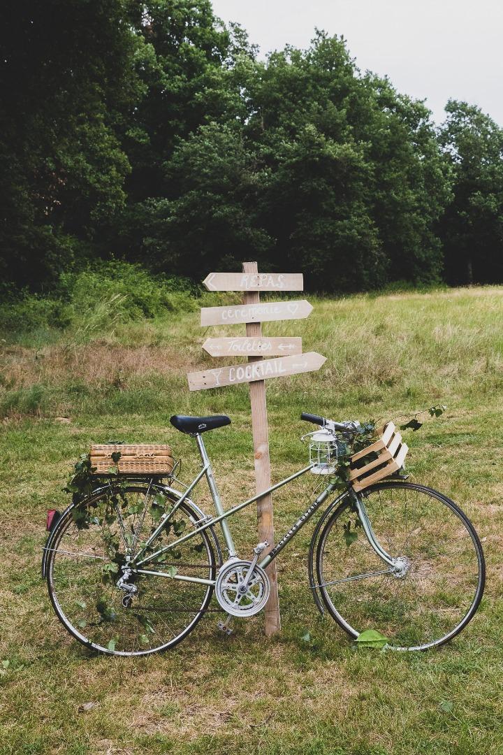 Vélo et panneau champêtre mariage La Dolce Vita Occitanie.JPG